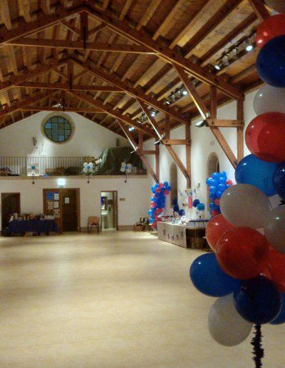 Salón de actos preparado para fiesta